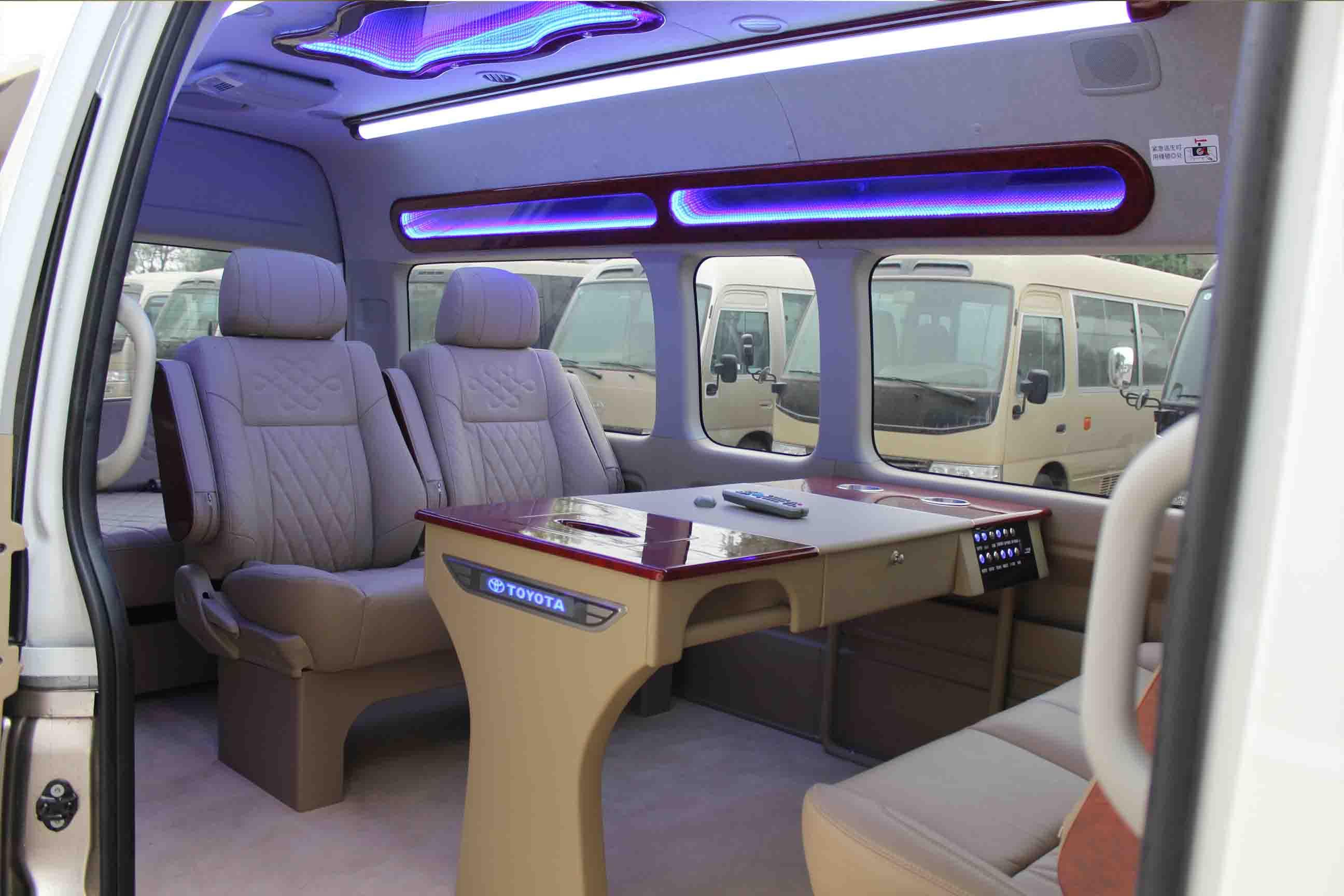 丰田海狮2.7L作为丰田家族高端商旅用车进口到中国以来,一直深受中国消费者喜爱,以政府采购为主,无论是车内的舒适性还是静音性都达到了日系车的一个新高度。    新式的前雾灯、大型的散热器保护罩以及与车身同色的缓冲器,加上高品质的先进设计,使海狮的吸引力锐不可挡。    丰田海狮2.